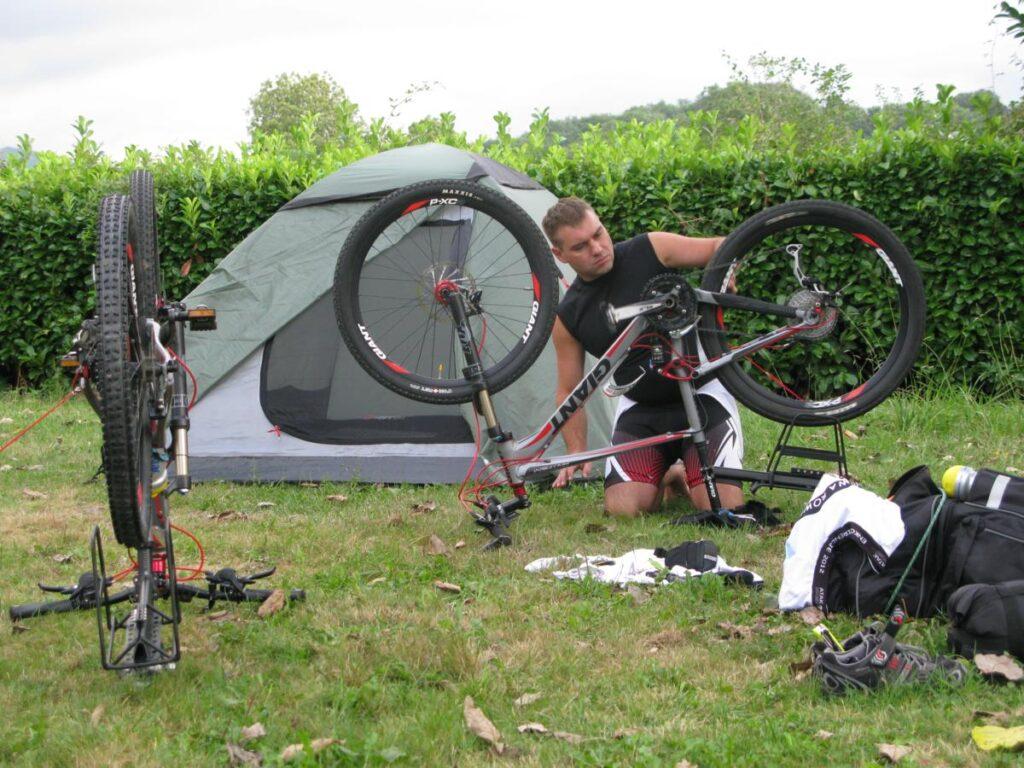 Piotr sprawdza rower